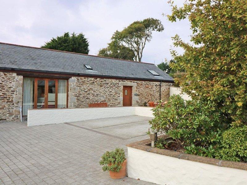 HAZEL BARN, modern barn conversion, rural outlook, close to coastal footpath in, holiday rental in Gweek