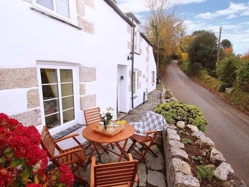 NANPARRA COTTAGE cosy village cottage, sunspot patio, 4 miles to Falmouth, Ref, holiday rental in Mawnan Smith