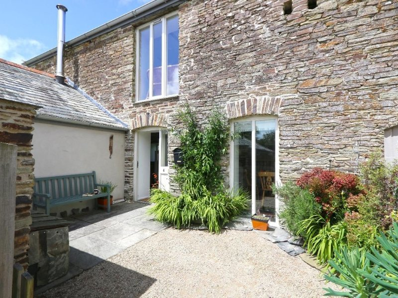 SUNDowner converted barn, large lawned garden and courtyard,  wood burning, holiday rental in Winnard's Perch