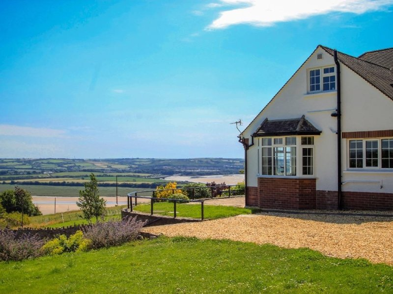 CHARLESWORTH detached chalet bungalow, estuary views, near Braunton, Ref xxxx, holiday rental in Ashford