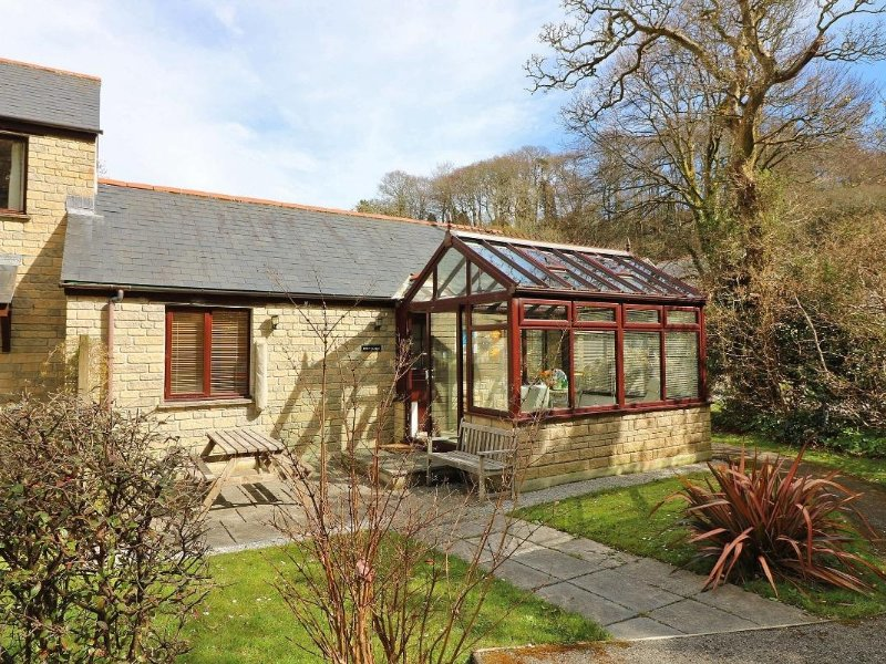 CHY-NANS modern bungalow, conservatory/dining room, Falmouth location, Ref, holiday rental in Budock Water