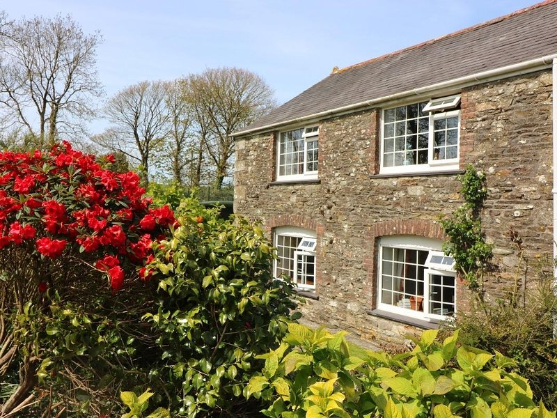 BLACKSMITHS COTTAGE, enclosed garden, WiFi, pets welcome, Ref 959955, vacation rental in Tresowes