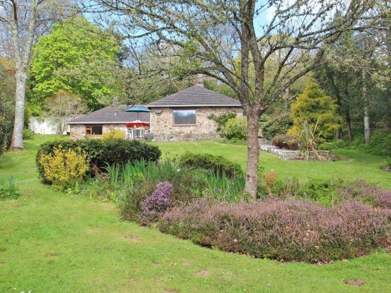BOSGILLY refurbished detached bungalow, large garden, close to Helford River, vakantiewoning in Mawgan