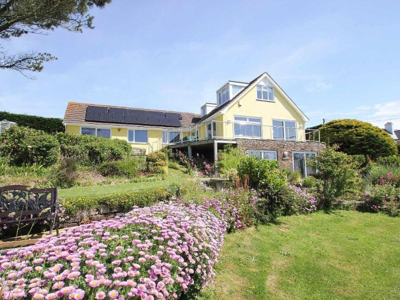 WINDRUSH coastal house with super sea views, balcony and garden, 10 mins walk, vacation rental in Trenance