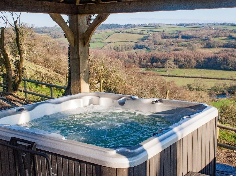 LITTLE SILVER NUGGET romantic countryside annex, stunning views, private hot, holiday rental in High Bickington