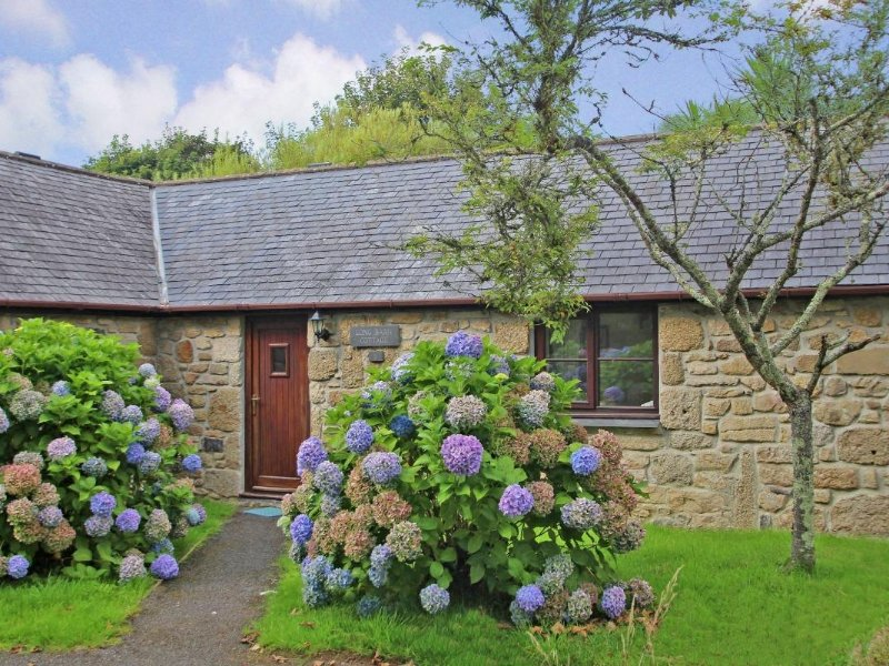 LONG BARN COTTAGE comfortable barn conversion, private terrace, onsite, vacation rental in Ludgvan
