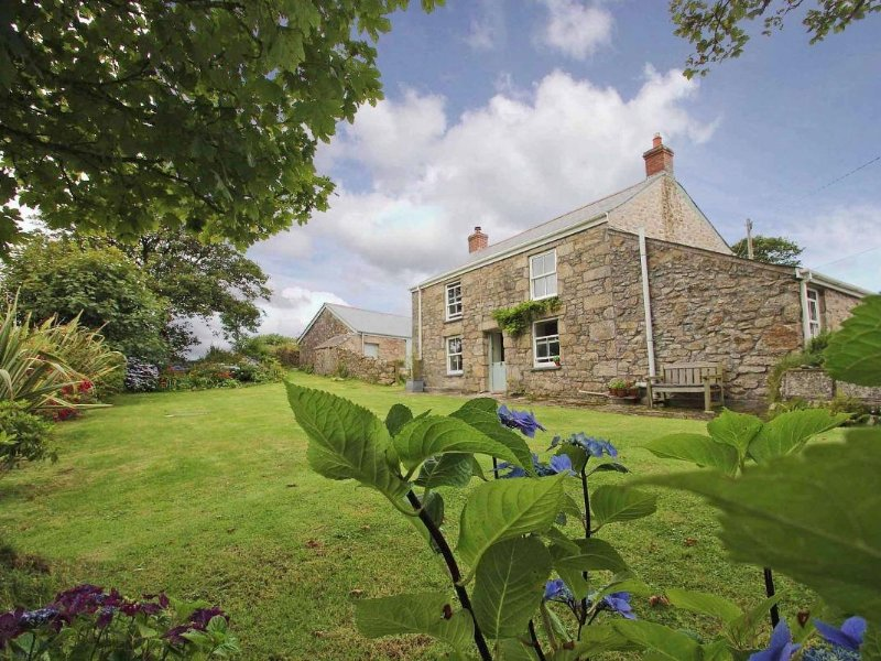 BOLENOWE FARM, renovated farmhouse, lawned garden, wood burner, near Camborne, vacation rental in Praze-An-Beeble
