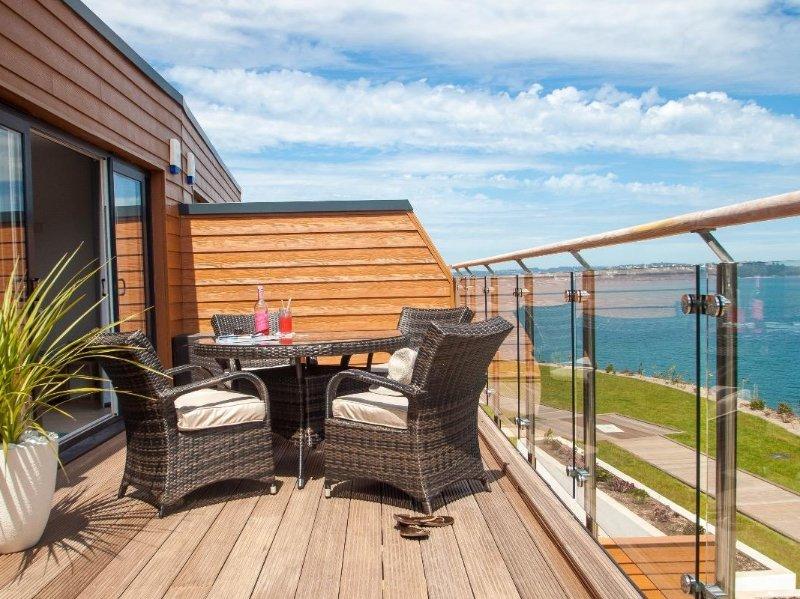 BAYVIEW THE COVE, Fabulous beachside apartment, heated outdoor pool. Sea views, casa vacanza a Churston Ferrers