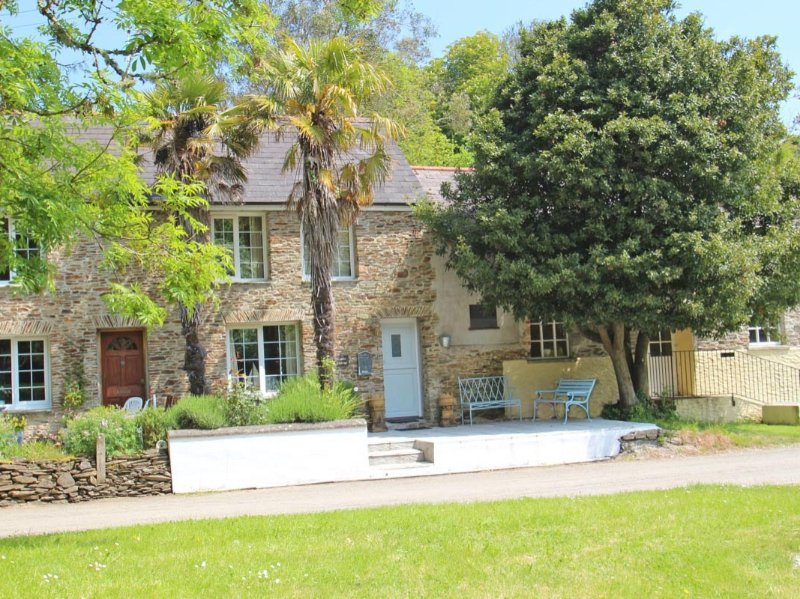 CASTLE COTTAGE peaceful cottage, real fire, courtyard garden in the Roseland, location de vacances à Portloe