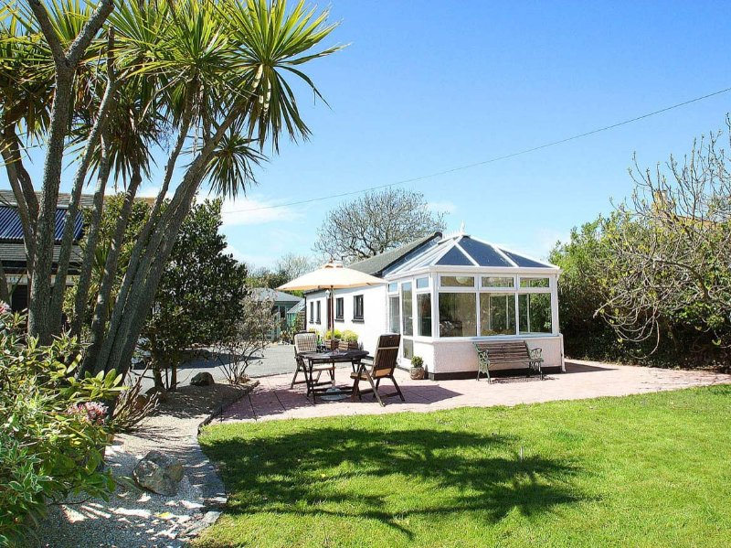 LITTLE PALM TREES, beach 2 miles, shop and pub 4 minutes walk. Conservatory and, holiday rental in Goldsithney