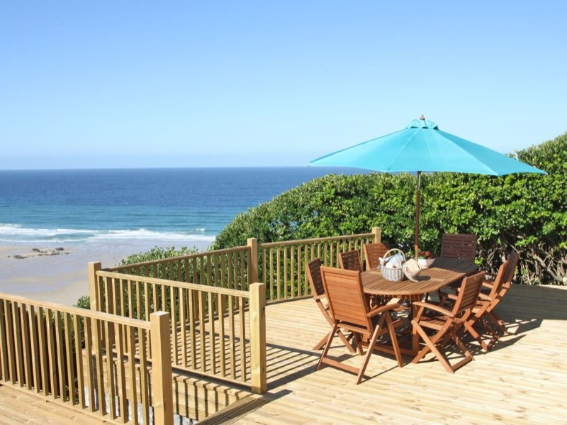 ST IVES VIEW, fabulous beachside retreat, sun terraces, private access to beach, holiday rental in Threemilestone