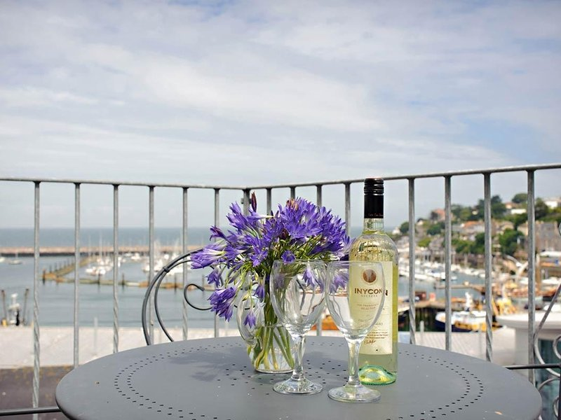 BLUE HORIZON, seaside cottage with harbour views, parking, balcony, Brixham, holiday rental in English Riviera