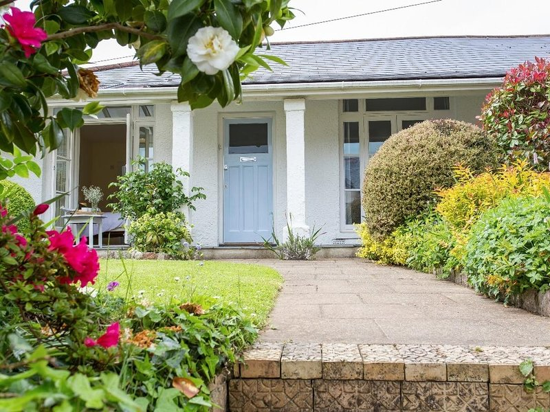 2 DART, New England bungalow, gardens front and rear, walk to riverbank, pub, vacation rental in Totnes