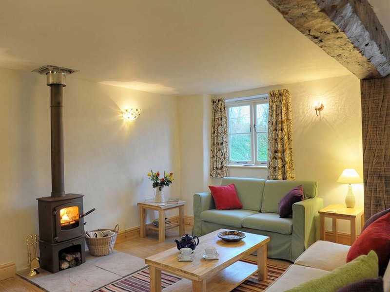 APPLE COTTAGE, Eco friendly, modern country cottage with beams and character, holiday rental in Crediton