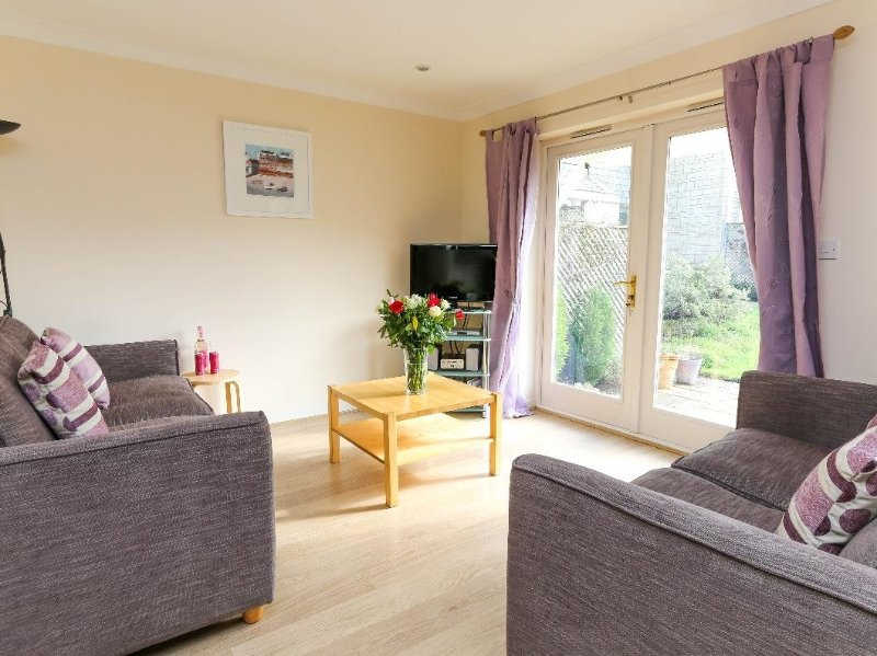TRELEASE, three bedroom resort house at Pendra Loweth sleeps six in three, holiday rental in Budock Water
