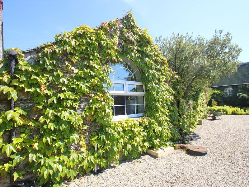 TREVENNING CHAPEL, romantic barn conversion, suntrap garden, walk to the, location de vacances à Saint Tudy