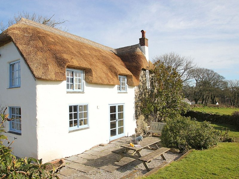 ROSE COTTAGE pretty 16th century thatched cottage, lovely garden, WiFi, rural, holiday rental in Gillan