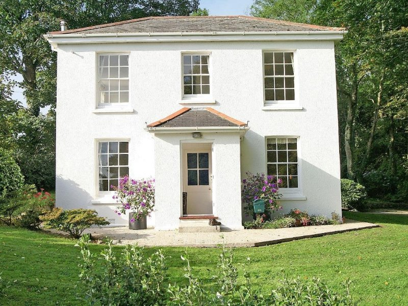 PENWARNE LODGE pretty country cottage, beautiful gardens, close to Falmouth and, vacation rental in Port Navas