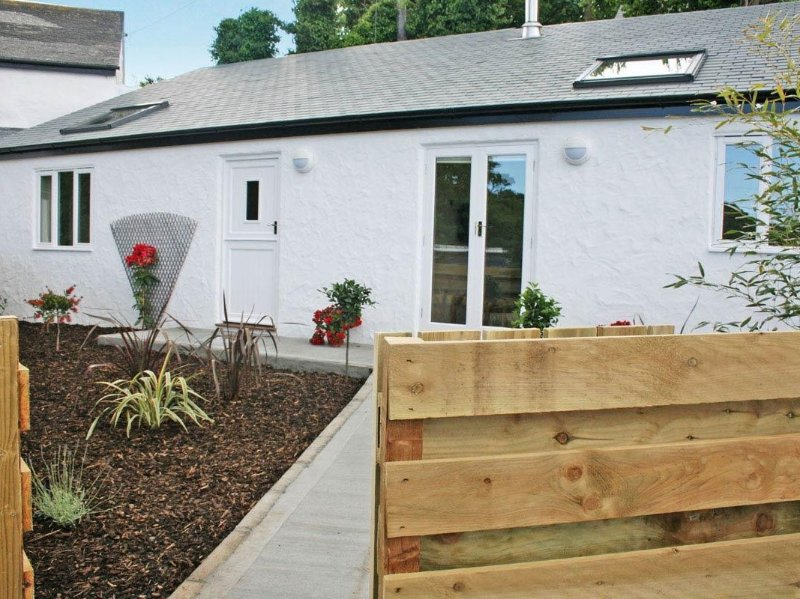 GODREVY BARN, modern barn conversion, private garden with hot tub, wood burner, location de vacances à Connor Downs