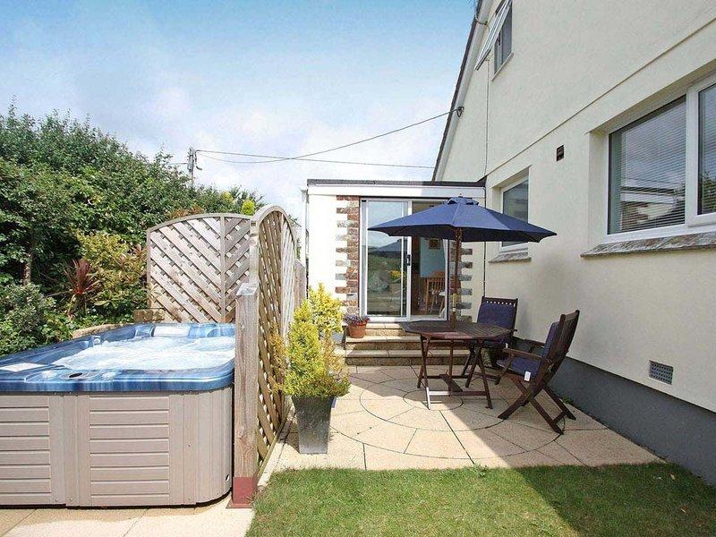 RESPRYN, hot tub, patio, walk to shops and pubs, in Mevagissey, Ref 959219, location de vacances à St Goran