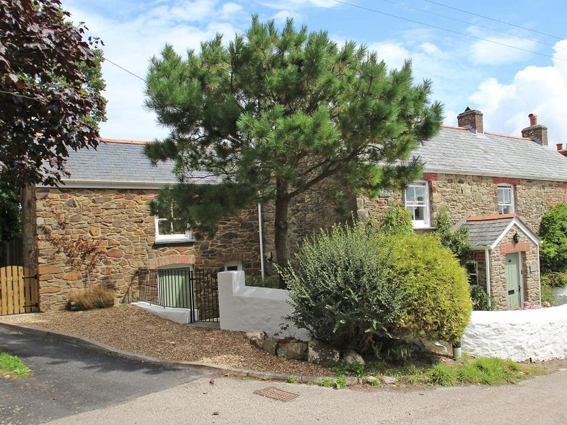 MITHIAN COTTAGE is within a village location, pets welcome, 30 metres from pub, holiday rental in Mithian