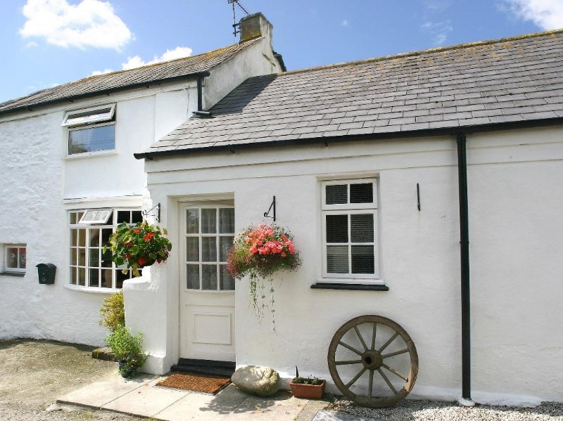 MANOR FARMHOUSE COTTAGE pretty whitewashed cottage, rural setting, garden for, vacation rental in Scorrier