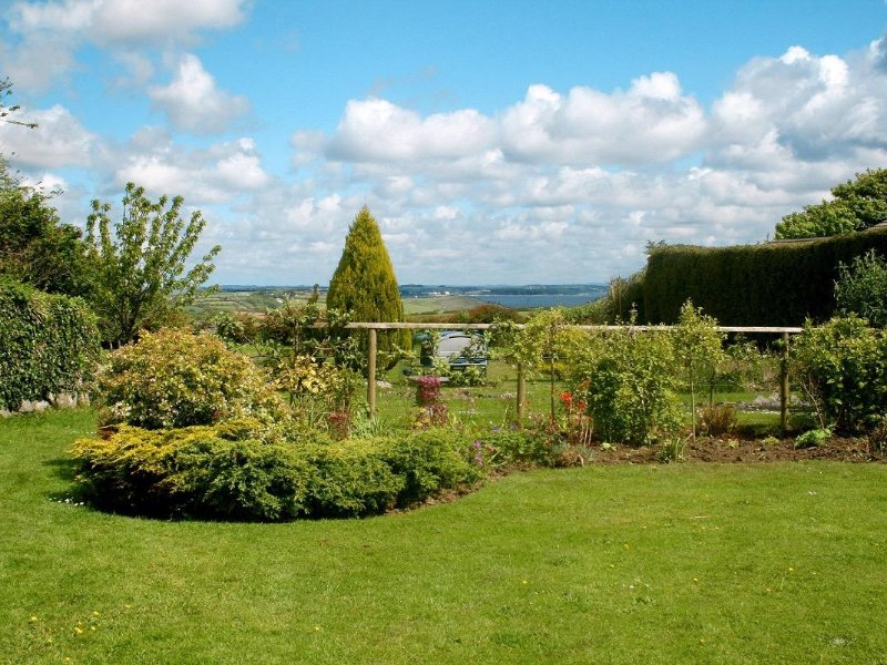 EDEN HOUSE WING  traditional wing of owners home, beautiful shared garden, sea, location de vacances à St Keverne