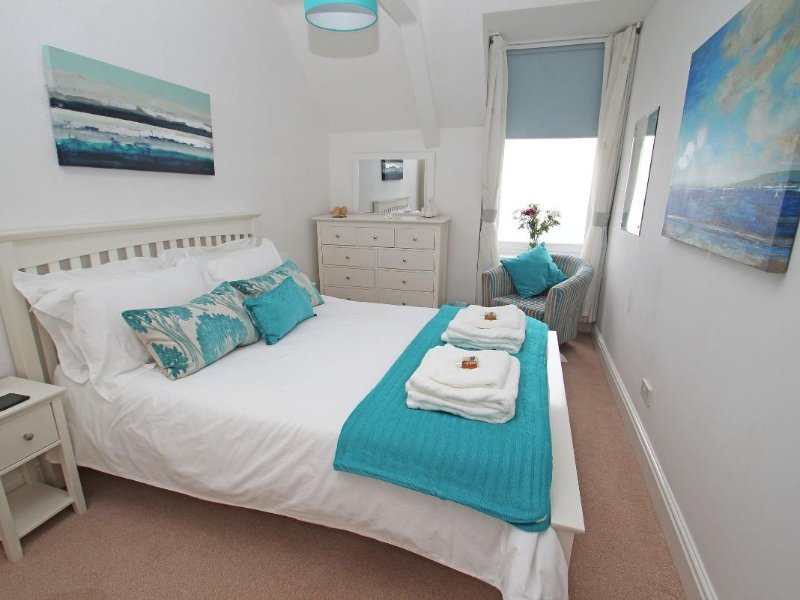 HEADLAND APARTMENT 17 seaviews, balcony, beach, pub and shops within walking, vacation rental in Coverack