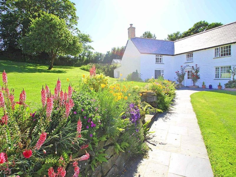 WITHAN FARM WING, part of listed farmhouse, delightful garden, wood burner, holiday rental in Helford