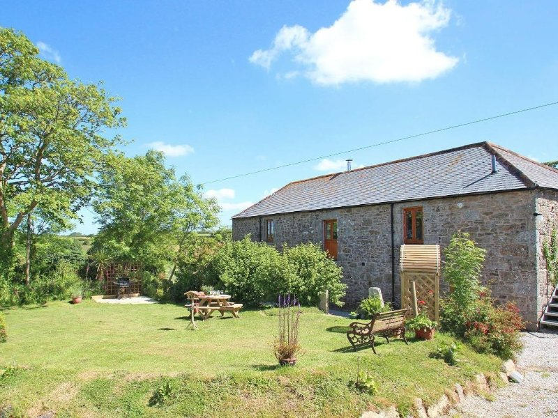 THE MILL a converted barn, large garden, en-suite, king size  and super king, vacation rental in Praze-An-Beeble
