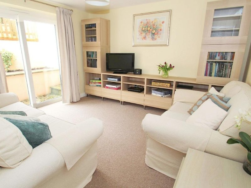 PENROSE modern bungalow, private terraced garden, short walk to Porthleven, casa vacanza a Sithney