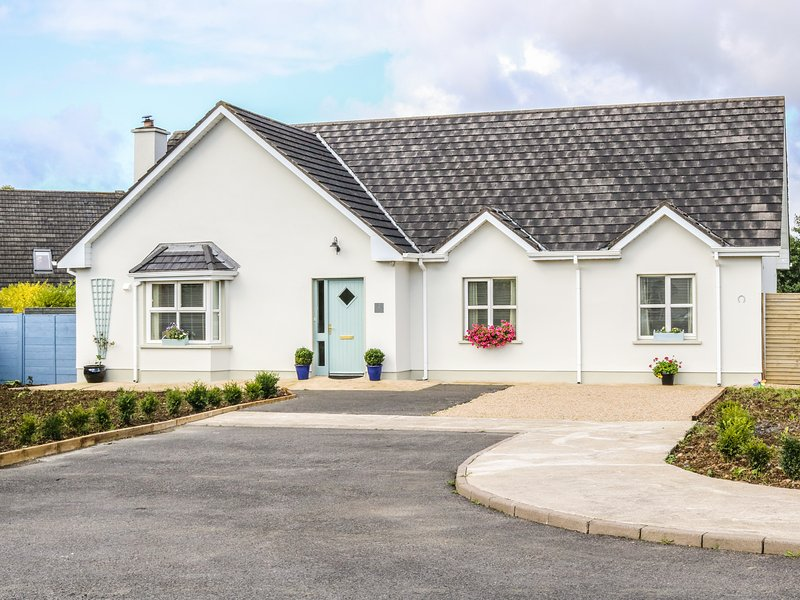2 CASTLE COVE, king size, en-suite, pet friendly, Dromahair, Ref 959017, holiday rental in Collooney