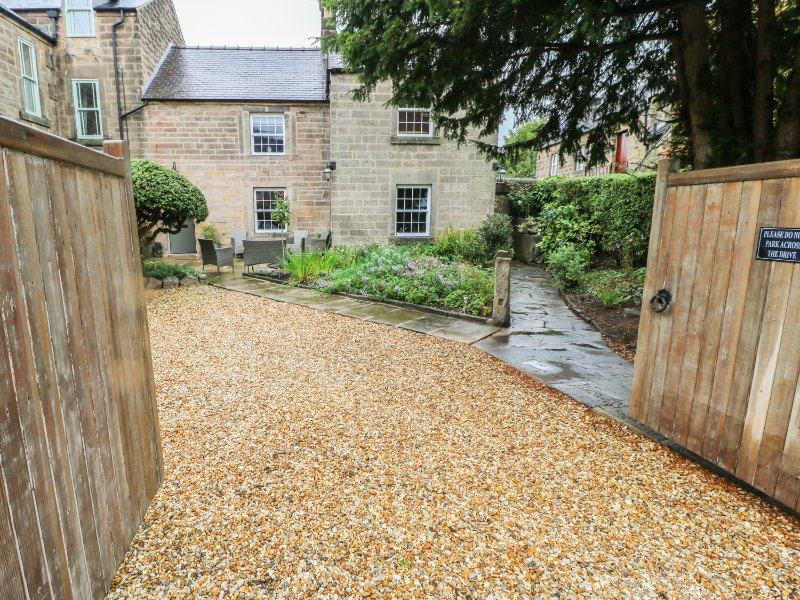 ROSE COTTAGE, exposed wooden beams, quartz kitchen worktops, centre of Matlock, holiday rental in Tansley