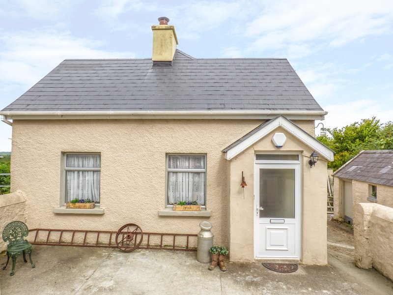 SHANDRUM BROOK, WIFI, balcony with views, upcycled furniture, Ref 958147, vacation rental in Charleville