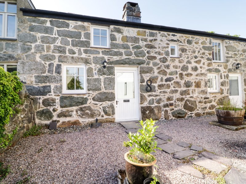 BRYN ABER BACH, woodburning stove, garden with patio, in Llangybi, Ref. 957614, holiday rental in Llanaelhaearn