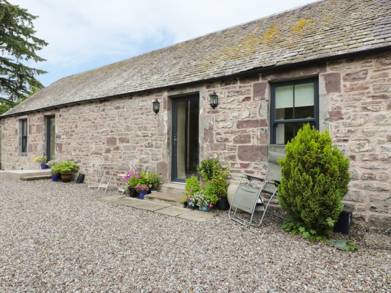THE GARDEN COTTAGE, access to castle gardens, open plan, near Dunblane, ref, holiday rental in Doune