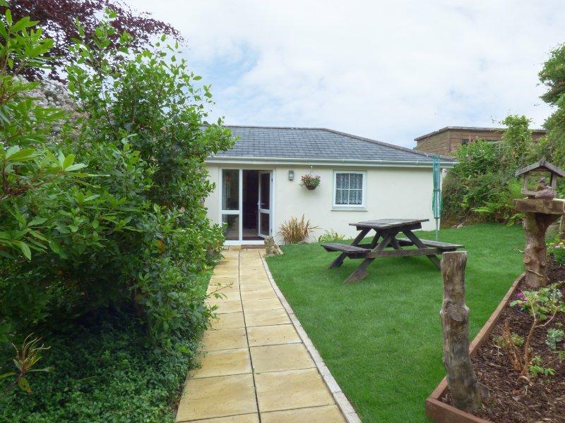 HUNTERS LODGE, pet friendly, WiFi, garden, in Lanner, near Redruth, ref 957338, vacation rental in Carnmenellis