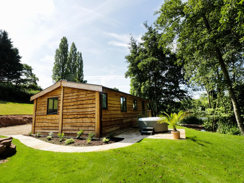 KINGFISHER, Smart TV, lakeside, Ross-on-Wye, vacation rental in Weston under Penyard