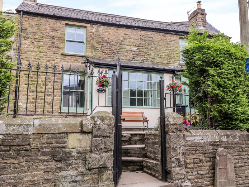 BANK COTTAGE, three bedrooms, garden with furniture, in Buxton, Ref. 956223, holiday rental in Buxton