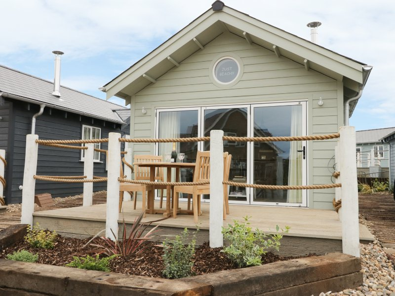JUST BEACHY, pet friendly, woodburning stove, shared swimming pool, in Filey, vacation rental in Reighton