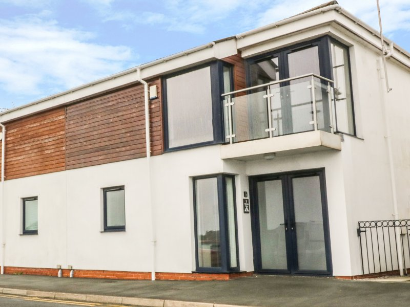 3 MARINA VIEW, views of Pwllheli Marina, open plan, en-suite shower room, Ref, location de vacances à Pwllheli