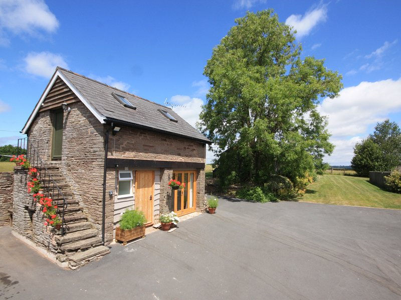 THE GRANARY, shared use of owner's swimming pool, open plan, spiral staircase, holiday rental in Madley