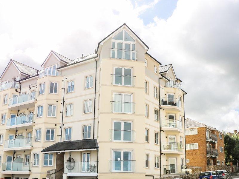 25 OCEAN VIEW, 2nd floor apartment, balcony with sea views, seaside location, location de vacances à Rhos-on-Sea