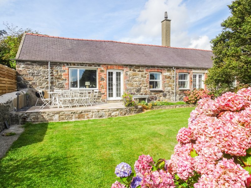 THE SHIPPONS, single-storey barn conversion, woodburner, open fire, location de vacances à Cilan Uchaf