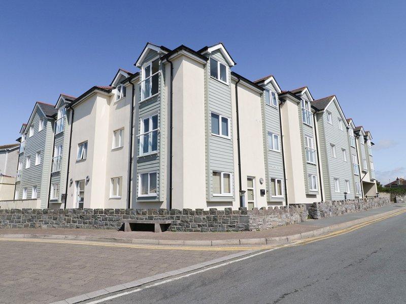 TIDES REACH, first floor apartment, Rhosneigr, vacation rental in Rhosneigr