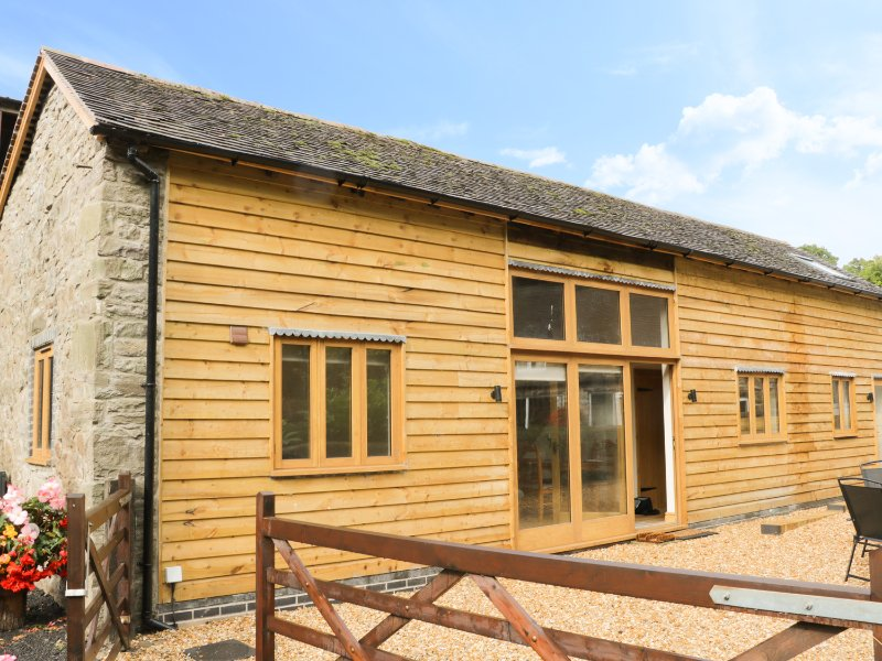 THE BARN AT PILLOCKS GREEN, exposed beams, WIFI, stone-built and wooden clad, casa vacanza a Halford