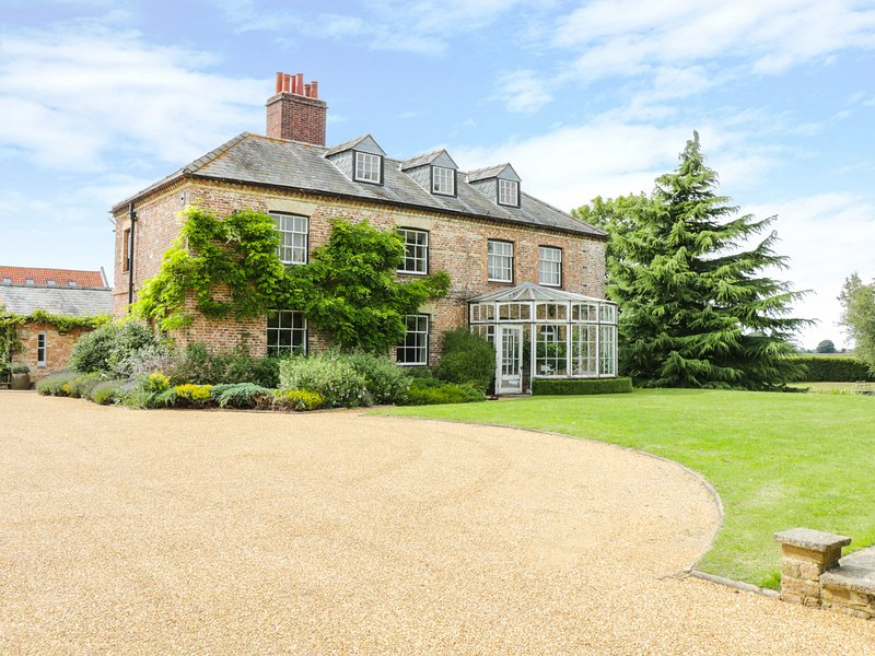 MODNEY HALL, enormous gardens, outdoor heated pool, playroom, Ref 940402, holiday rental in Hockwold cum Wilton