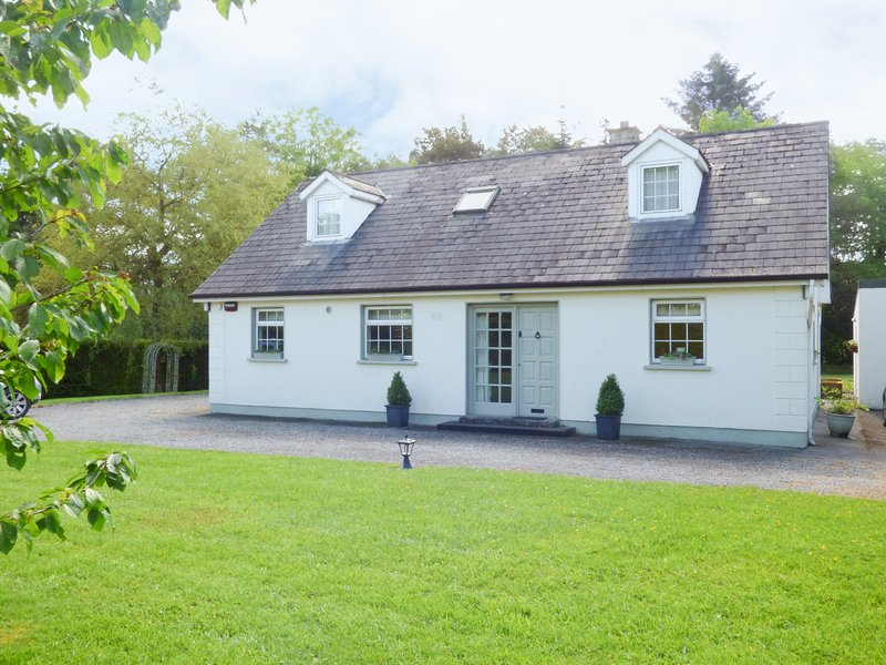 WOODBINE COTTAGE, detached cottage, Sky TV, garden, near Kilkenny, Ref 938295, vacation rental in Ballyragget