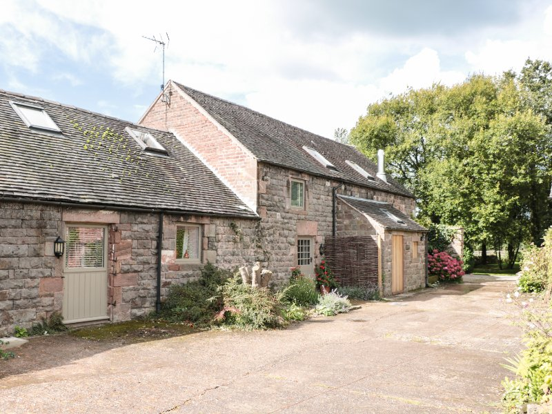LEE HOUSE COTTAGE, wood burner, breakfast bar, eight bedrooms, annexe, hot tub, holiday rental in Burslem