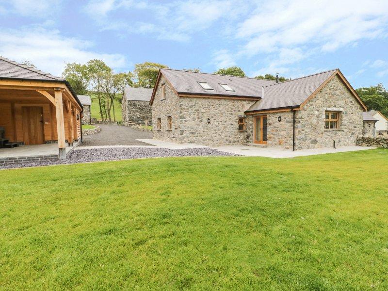 NEW BARN CONVERSION, wood burner, hot tub, countryside views, in Corwen, Ref, holiday rental in Maerdy